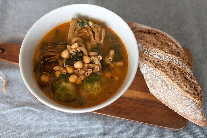 Sopa de invierno con coles de Bruselas, alcachofa y kale
