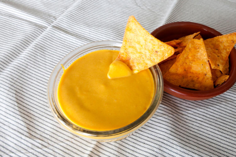 Salsa de queso Cheddar vegana
